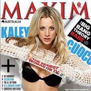 Kaley Cuoco contracte ses abdos pour le magazine Maxim.