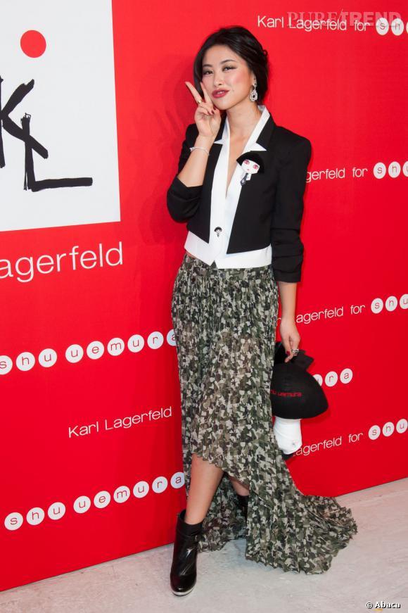 L'actrice Zhu Zhu porte à merveille la jupe asymétrique militaire de la dernière collection KARL.
