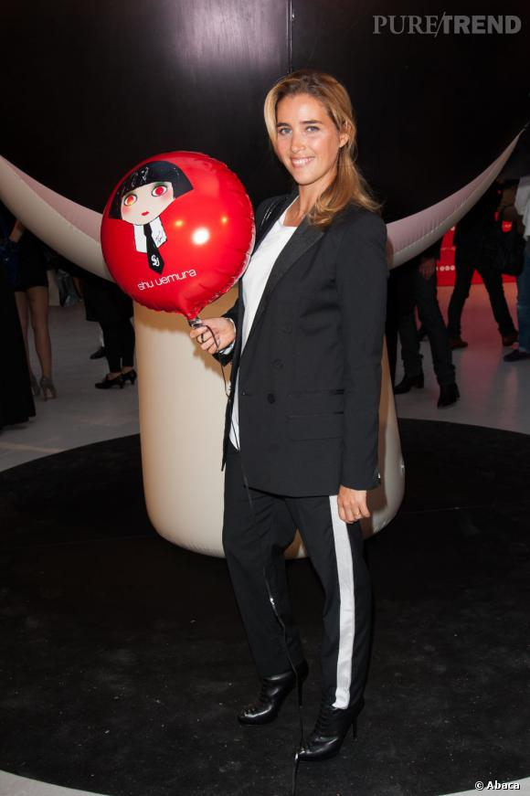 Vahina Giocante en noir et blanc, avec une touche de rouge grâce au ballon !