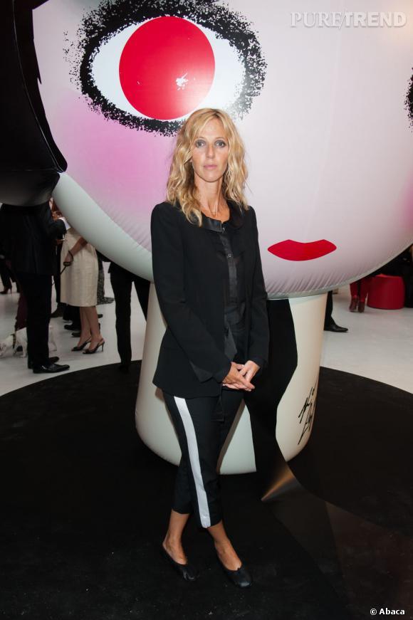 Sandrine Kiberlain opte pour un pantalon 7/8 très chic.
