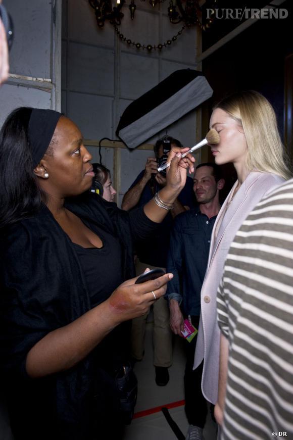 Pat McGrath    Pat McGrath est considérée selon Vogue comme l'artiste la plus influente dans le domaine du maquillage. Véritable source inépuisable d'inspiration, ce sont ses expérimentations qui sont saluées tant elle vise toujours juste.  John Galliano ,  Prada ,  Viktor & Rolf  ou encore  Stella McCartney  lui font entièrement confiance et lui confie volontiers la conception des maquillages de leur défilés. Pétales de latex, bouche vinyl, son crédo est de mêler les différentes matières, textures, couleurs. Elle maquille aux doigts et se laisse aller à la beauté. Pat McGrath est toujours présente en backstage, mais est aujourd'hui Creative Design Director chez Procter & Gamble (Max Factor, Cover Girl ...).