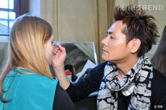 Kakuyasu Uchiide    M. Shu Uemura a tout de suite repéré le talent de Kakuyasu Uchiide. Il l'a pris sous son aile pour le former à l'essence de la marque. Aujourd'hui Directeur Artsitisque, il a developpé des campagnes publicitaires, les innovations produits dont les fards dont Karl Lagerfeld est fan pour ses esquisses et s'est imposé en backstage de nombreux défilés comme ceux de  Tsumori Chisato  ou encore  Jean-Charles de Castelbajac  où il a fait un  travail de création incroyable la saison dernière . L'utilisation qu'il fait des couleurs est sa marque de fabrique et sa philosophie du maquillage tient en trois mots : shin-zen-bi qui signifie vérité, éthique et beauté.