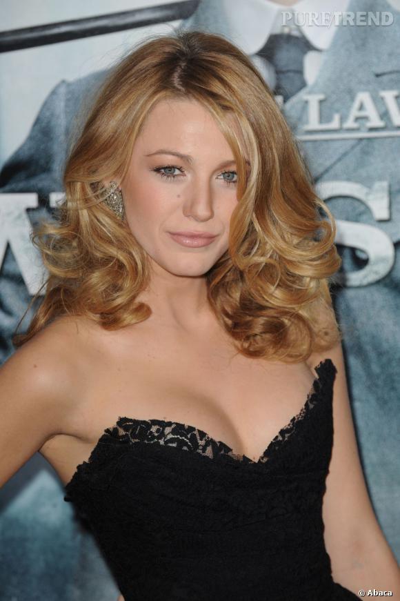 Blake Lively en 15 coiffures glamour     Pour un look classe et très hollywoodien, elle opte pour le brushing bouclé et un max de volume.