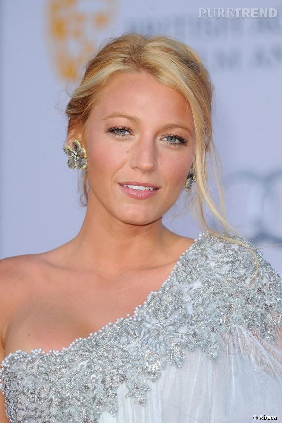 Blake Lively en 15 coiffures glamour     L'élégance est de mise avec ce chignon dont s'échappent quelques mèches.