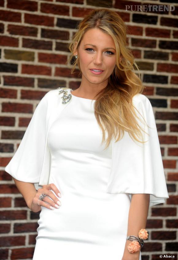 Blake Lively en 15 coiffures glamour En robe blanche immaculée, Blake Lively fait preuve de beaucoup d'élégance, coiffée d'une demi-queue portée sur le côté.