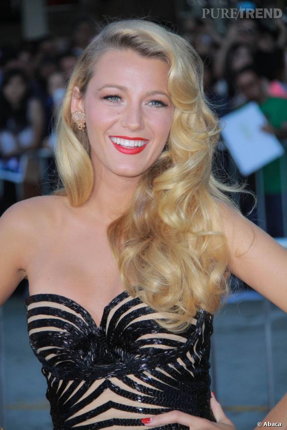 Blake Lively en 15 coiffures glamour     L'actrice se fait vamp avec une chevelure wavy portée sur l'épaule.