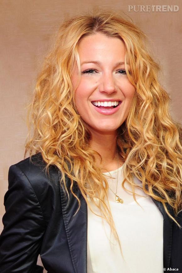 Blake Lively en 15 coiffures glamour     L'actrice se laisse gagner par les boucles. On aime le volume et le côté cool de cette coiffure.
