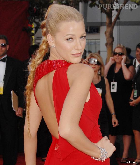 Blake Lively en 15 coiffures glamour     Sexy, elle affiche une tresse à la longueur XXL. Le point d'attache est situé bien haut sur la tête et le dessus est parfaitement plaqué.