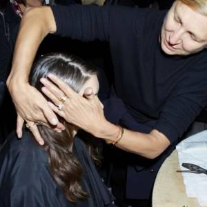 """Odile Gilbert Odile Gilbert est une des coiffeuses les plus célèbres et talentueuses des backstages. Sa carrière a commencé il y a plus de trente ans au salon de Bruno Pittini où elle s'initie à la coiffure studio des shootings et défilés. Après sa première prestation pour un défilé John Galliano, son savoir-faire est salué et très demandé. Elle coiffe ainsi les plus grands tops pour les show de Chanel, Karl Lagerfeld et Jean Paul Gaultier entre autres. C'est d'ailleurs une de ses créations pour le défilé haute couture Automne-hiver 2006 de ce dernier qui l'amène au panthéon de la coiffure. Sa conception d'un chapeau en cheveux est rachetée par le MET comme une oeuvre d'art. La même année, elle est la première """"Styliste de Haute Coiffure"""" à recevoir l'insigne de Chevalier des Arts et des Lettres et elle devient Directrice Artistique Coiffure sur le film Marie Antoinette de Sofia Coppola. Aujourd'hui coiffeur ambassadeur pour L'Oréal Professionnel, elle a notamment collaboré à l'exposition """"Cheveux chéris, frivolités et trophées"""" qui se tient actuellement au Musée du Quai Branly. Une vraie pointure."""