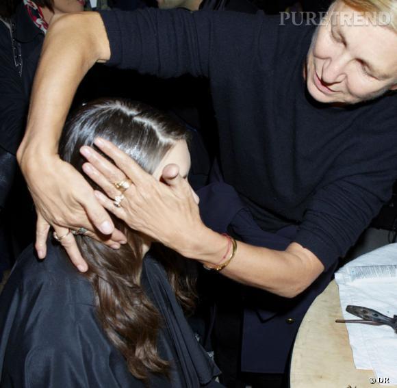 """Odile Gilbert    Odile Gilbert est une des coiffeuses les plus célèbres et talentueuses des backstages. Sa carrière a commencé il y a plus de trente ans au salon de Bruno Pittini où elle s'initie à la coiffure studio des shootings et défilés. Après sa première prestation pour un défilé  John Galliano , son savoir-faire est salué et très demandé. Elle coiffe ainsi les plus grands tops pour les show de  Chanel ,  Karl Lagerfeld  et  Jean Paul Gaultier  entre autres. C'est d'ailleurs une de ses créations pour le défilé haute couture Automne-hiver 2006 de ce dernier qui l'amène au panthéon de la coiffure. Sa conception d'un chapeau en cheveux est rachetée par le MET comme une oeuvre d'art. La même année, elle est la première """"Styliste de Haute Coiffure"""" à recevoir l'insigne de Chevalier des Arts et des Lettres et elle devient Directrice Artistique Coiffure sur le film Marie Antoinette de Sofia Coppola. Aujourd'hui coiffeur ambassadeur pour L'Oréal Professionnel, elle a notamment collaboré à l'exposition """"Cheveux chéris, frivolités et trophées"""" qui se tient actuellement au Musée du Quai Branly. Une vraie pointure."""