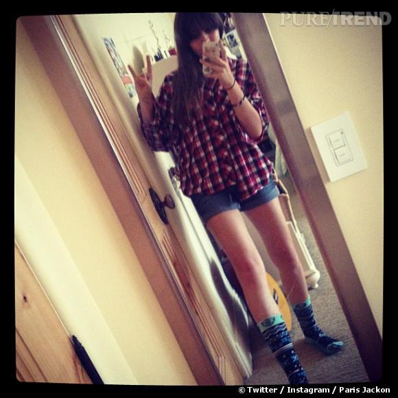 Chemise de bûcheron et shorty en jeans, on dirait Miley.