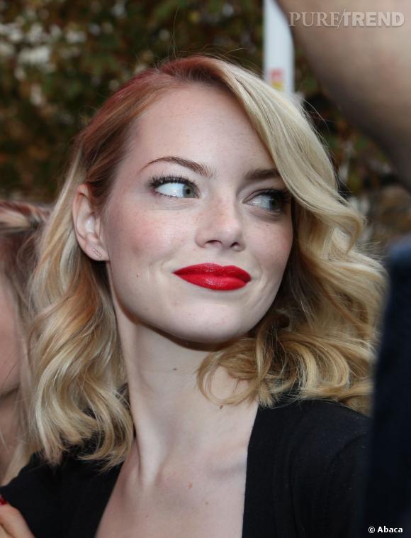 La star opte pour un maquillage glamour  yeux de biche et bouche rouge.