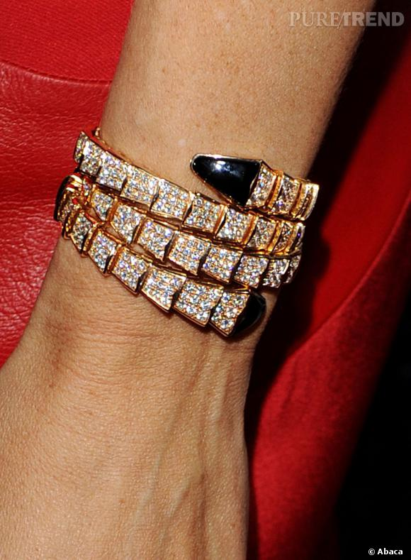 Elle peaufine son look avec des bijoux raffinés pour accentuer le côté glamour comme avec ce bracelet Bulgari.