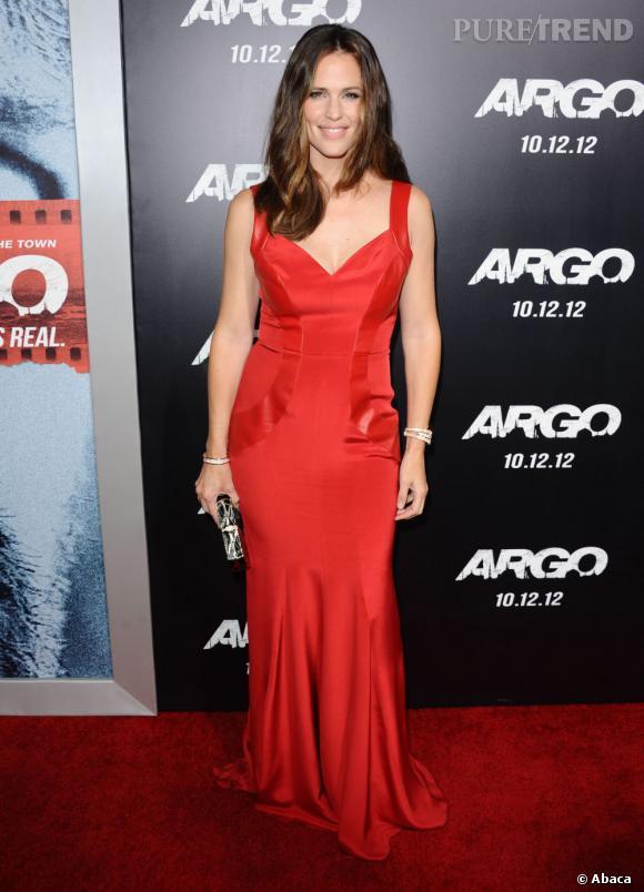 La jeune femme opte pour une robe fourreau Monique Lhuillier et le rouge, couleur de la séduction par excellence.
