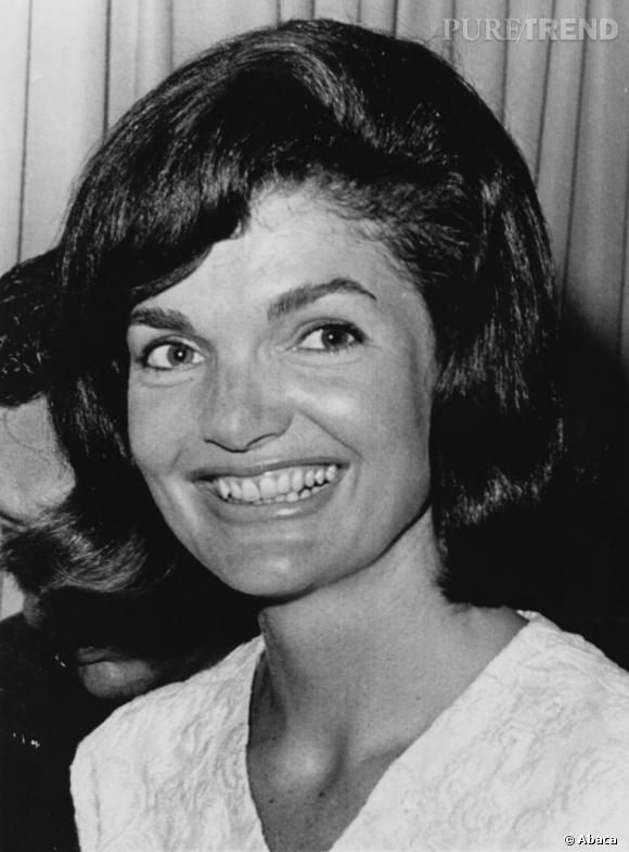 Jackie Kennedy Onassis a été une des premières dames les plus adulées pour son style juste et élégant. Son carré gonflé est devenu une coiffure culte.