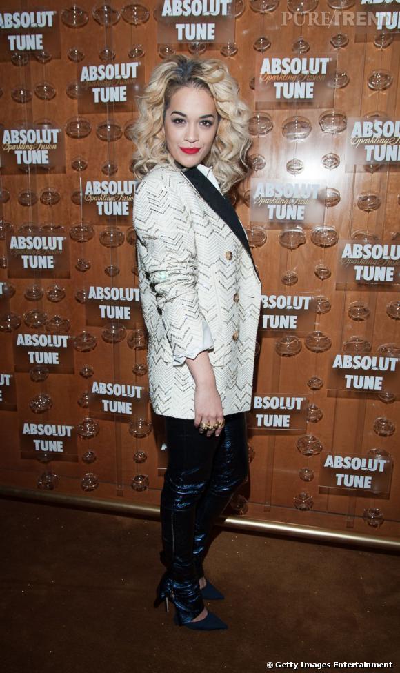Crinière façon Marilyn et look bling bling à l'anglaise, Rita Ora sait comment se faire remarquer.