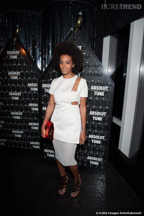 Solange Knowles opte pour une tenue nettement plus futuriste que Rita avec un top aux découpes très audacieuses.