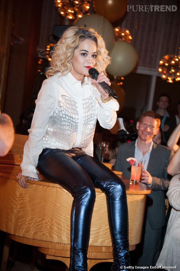 La jolie chanteuse n'hésite pas à pousser la chansonnette au cours de la soirée.