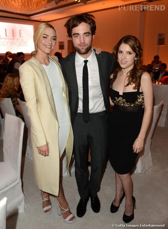 Robert Pattinson, bien entouré d'Anna Kendrick et Jaime King.