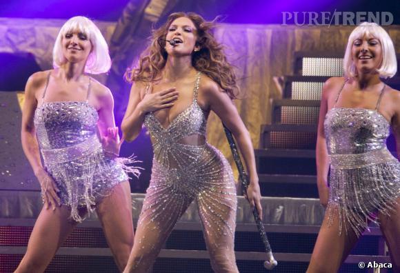 Jennifer Lopez sur scène, elle se donne à fond.