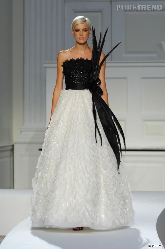 La jeune femme sait aussi être très féminine, preuve en image en robe Oscar de la Renta en 2007.