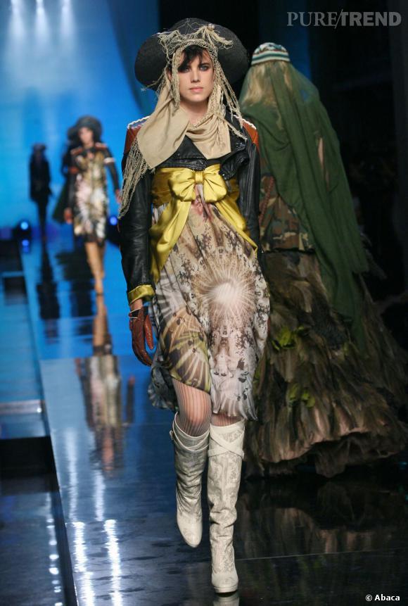 Elle se prête au jeu des tenues audacieuses de Jean Paul Gaultier en 2007.