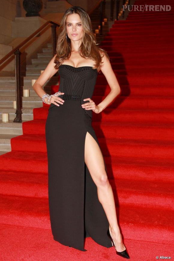 Alessandra fait forte impression en Versace au vernissage de l'expostition Mario Testino au Museum Of Fine Arts de Boston.
