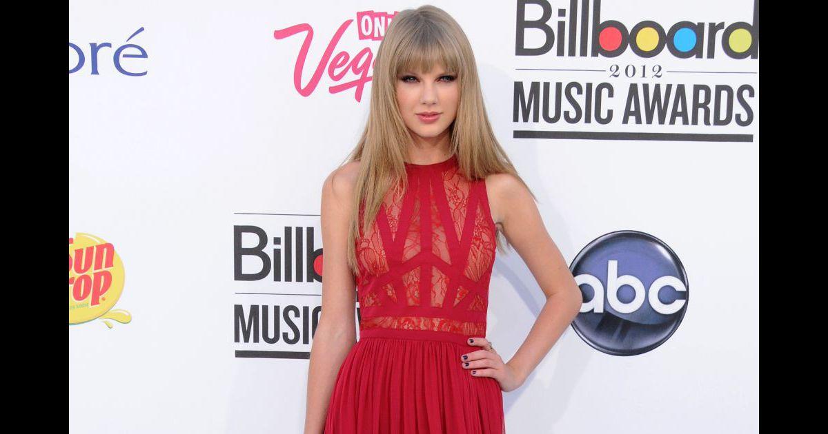 lors des billboard music awards elle renoue avec la couleur qui lui va le mieux le rouge avec. Black Bedroom Furniture Sets. Home Design Ideas