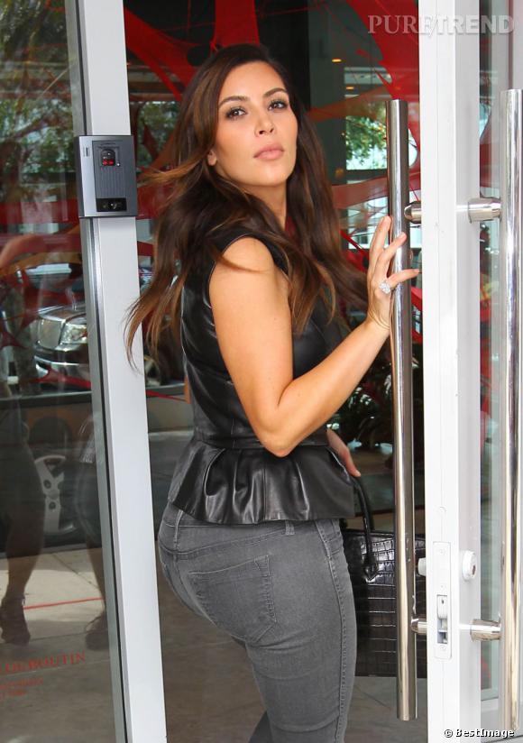 Kim Kardashian, une grosse bague au doigt !