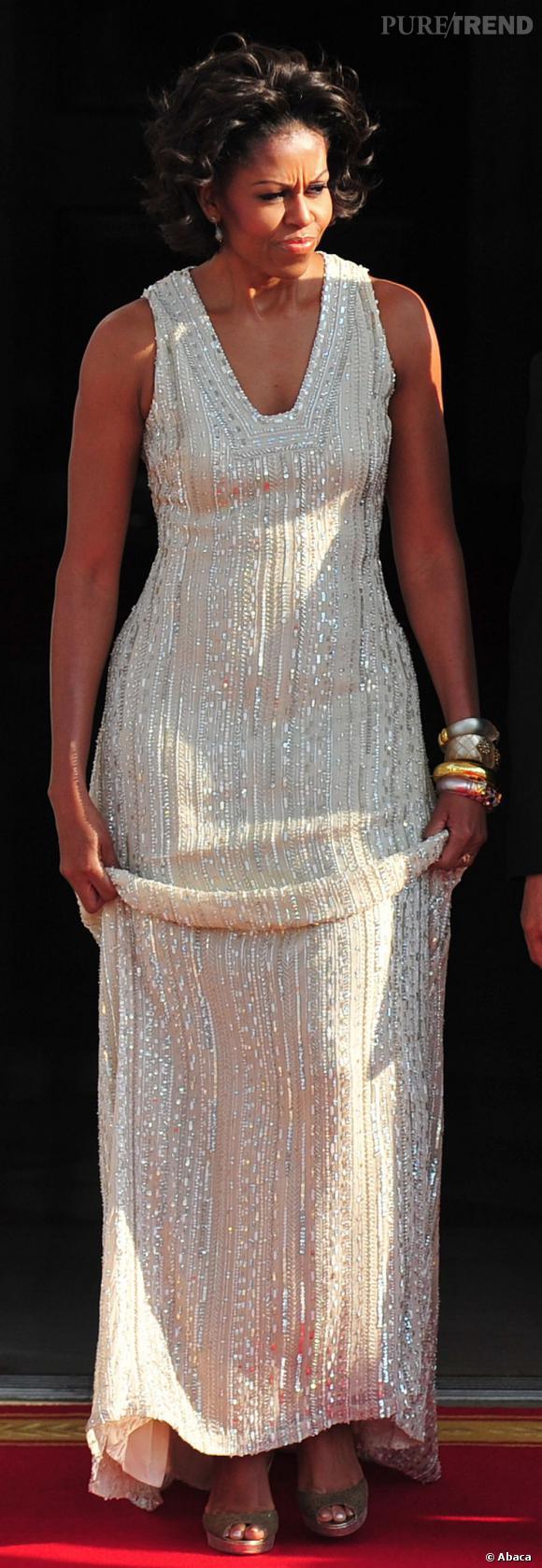 Michelle Obama dans une longue robe rebrodée.