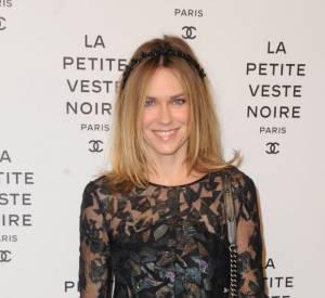 Marie-Josée Croze opte pour une robe en tulle et rebrodée de cuir.