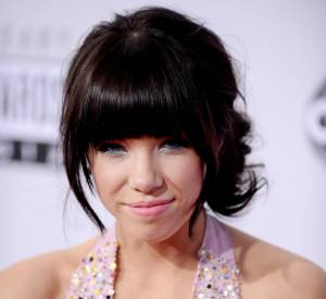 Top. Carly Rae Jepsen a définitivement opté pour la frange XXL. Elle l'adoucit avec un chignon romantique pour une coiffure bohème et élégante.