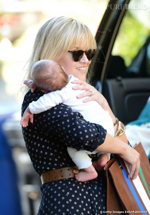 Reese Witherspoon présente son fils Tennessee.