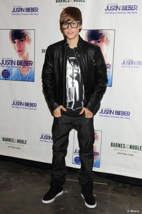 En 2010 :  soit Justin Bieber est devenu myope soit il a décidé de céder à la tendance geek chic mais il ose les lunettes XL.