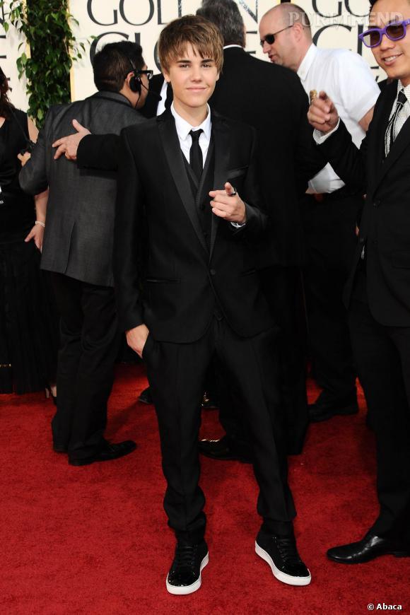 En 2011 :  Bieber assiste aux Golden Globes, un look de circonstance s'impose. Smoking chic et baskets sophistiquées, le garçon fait effet.
