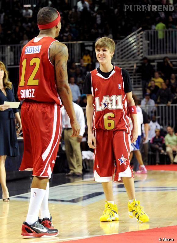 En 2011 :  certes Bieber mesure trois têtes de moins que les joueurs de basket, mais l'important c'est de participer ! Même sur le terrain sa mèche reste impassible.