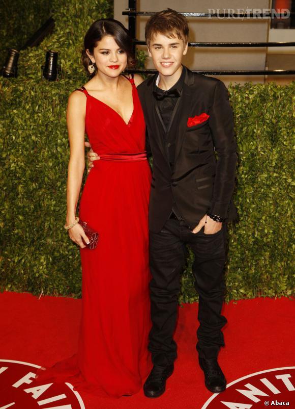 En 2011 :  Bieber fait sa première apparition au bras de Selena Gomez, question look ce n'est pas tout à fait ça. La demoiselle éclipse le chanteur aux airs poupins.