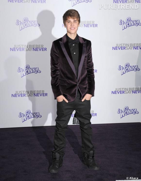 En 2011 :  Bieber mise sur le chic du velours violet (toujours) coordonné à un total look noir, bien vu !