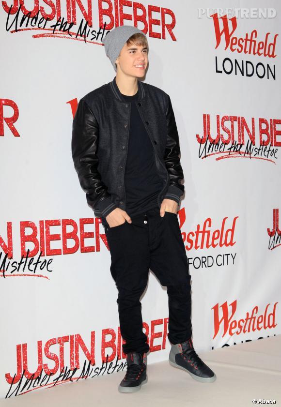 En 2011 :  Bieber fait dans la sobriété ou presque. L'entre-jambe de ses pantalons commence à flirter avec la gravité.
