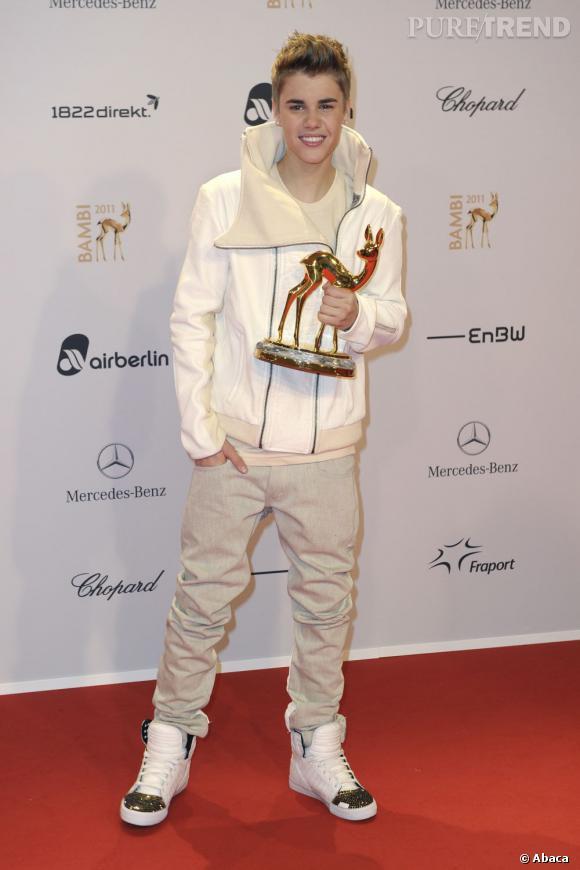 En 2011 :  un Bieber frileux et son Bambi award. On dit non à la veste intergalactique mais oui aux baskets à clous.