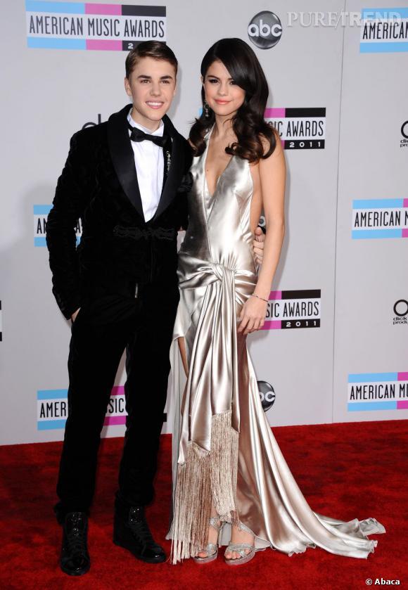 En 2011 :  Justin Bieber assiste aux Billboard Awards avec Selena Gomez. Trop de gel et un costume mal taillé, il s'offre un flop.