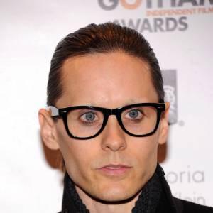 Jared Leto cache son absence de sourcils avec des lunettes oversized.