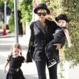 """Nicole Richie dans un remake de """"La Famille Addams"""". Son fils a le même chapeau que son rockeur de papa et sa modeuse de maman."""