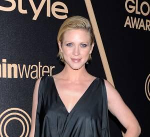 Le noir est très à la mode ce soir-là ! Brittany Snow, opte pour une robe drapée.
