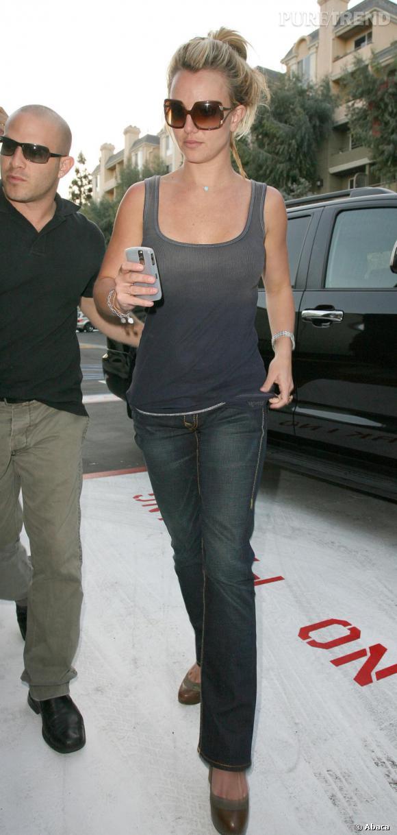 Le top look de rue  : la simplicitié est payante, la preuve en image. Avec un simple slim et un top tie&dye Britney s'offre une silhouette parfaite qu'elle allonge en se perchant sur des talons.