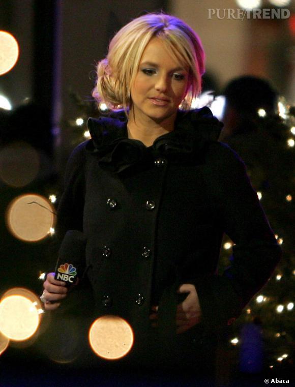 Le top coiffure  : en adoptant le chignon bas romantique et faussement négligé Britney devient follement chic (en plus elle a les cheveux propres !)