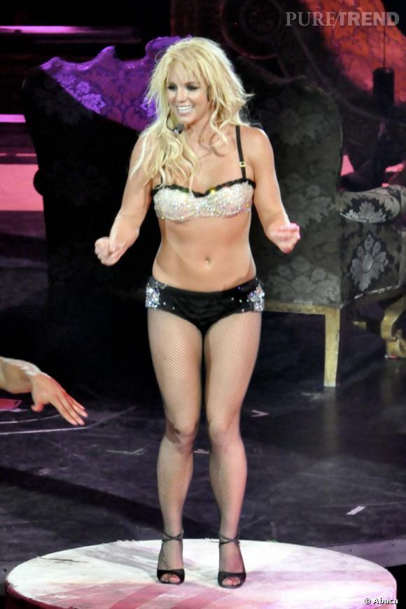 Le flop look de scène  : plus minimaliste, tu meurs. Si Britney n'est pas une accro de la lingerie au quotidien, c'est sa tenue de prédilection sur scène. Seulement voilà l'association avec un collant résille et les cheveux agrémentés d'extensions cheap, elle passe de sexy à vulgaire.