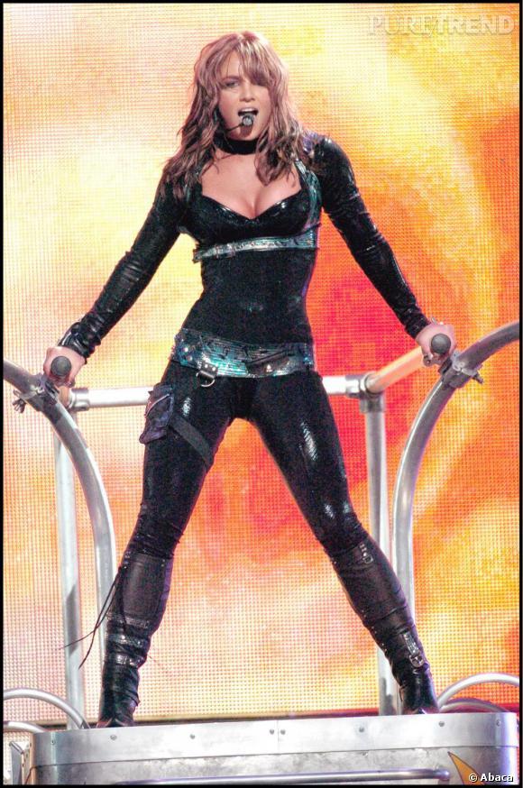 Le top look de scène  : victorieuse, ultra sexy en combinaison latex noir tendance militaire (et les cheveux propres, hourra !), Britney enflamme son public.