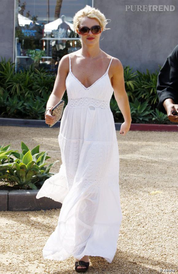 Le top sans soutien-gorge  : voilà qui est mieux dans une robe tendance bohème.