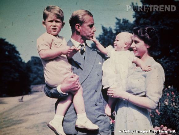 Photo vintage de la Princesse Elizabeth et du Prince Philip Duc d'Edinburgh et de leurs enfants le Prince Charles et la Princesse Anne.